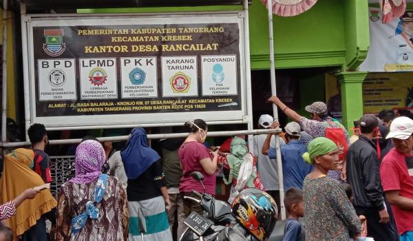 Warga Masyarakat Mendatangi Kantor Desa Rancailat, untuk Mengambil Dana Desa (BLT)